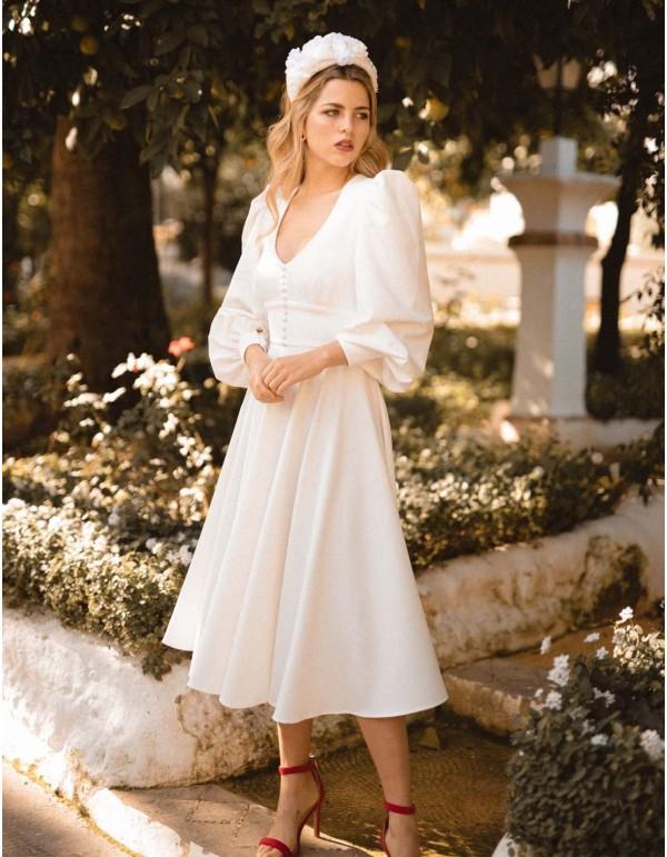 Vestido de novia cóctel de falda evasé y manda abullonada de MIPHAI