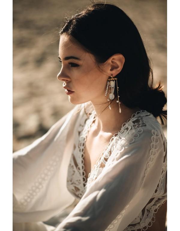 Pendientes largos con cascada de perlas y cadenas doradas en INVITADISIMA