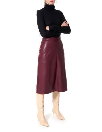 Falda midi con forma de trapecio de piel vegana en color vino  en INVITADISIMA