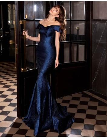 Vestido de fiesta largo azul noche con escote bandeu y cola de sirena