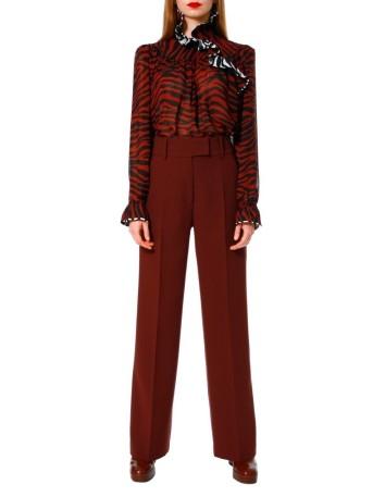Pantalón recto de cintura alta en color berenjena de AGGI en INVITADISIMA