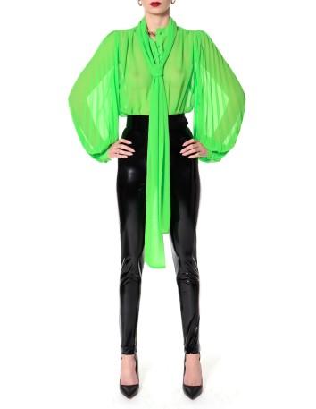 Blusa verde de gasa con las mangas voluminosas y lazo en el cuello preciosa en INVITADISIMA