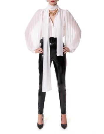 White chiffon blouse with voluminous sleeves by AGGI at INVITADISIMA