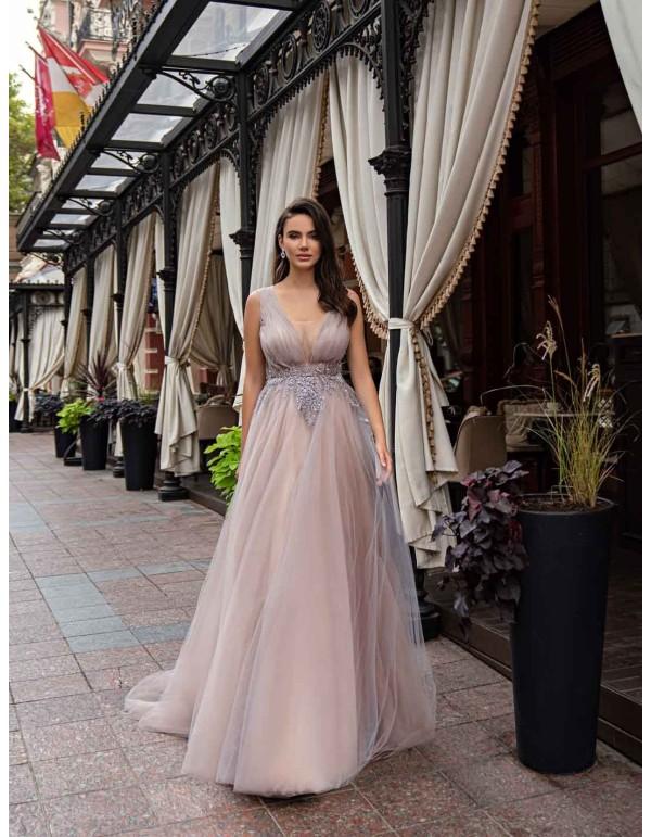 Vestido largo de fiesta rosa empolvado de tul plisado y pedrería en el centro para invitadas