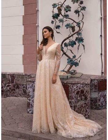 Vestido largo de encaje color crema con manga larga y cola de Jeorjett