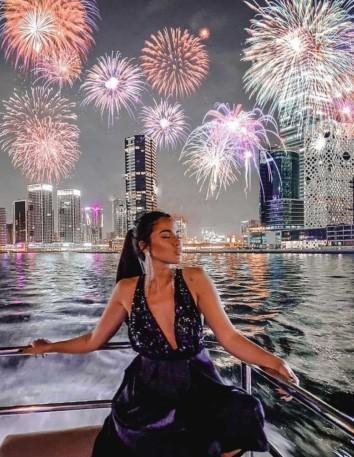 Vestido largo negro con escote de lentejuela y espalda cruzada - Melyssa Pinto