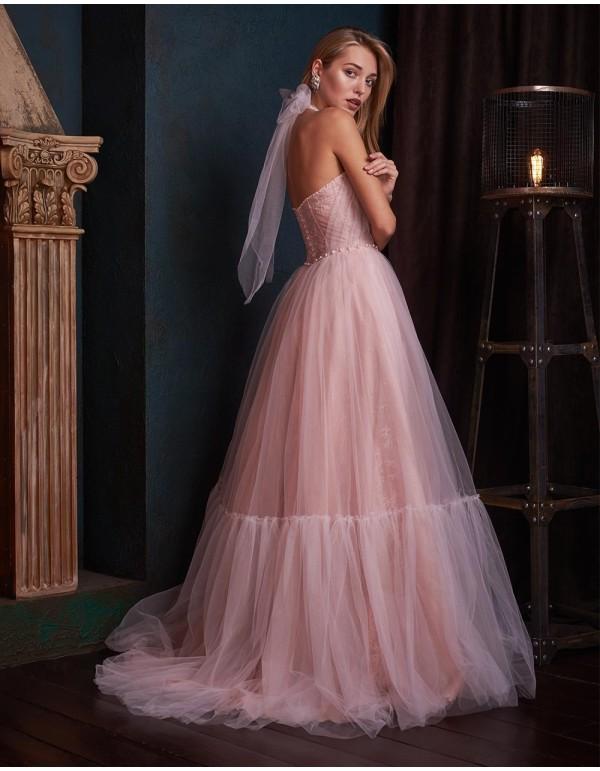 Vestido de noche con escote halter realizado en tul