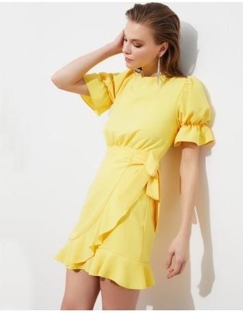 Vestido de fiesta corto amarillo con espalda al aire y volantes-1