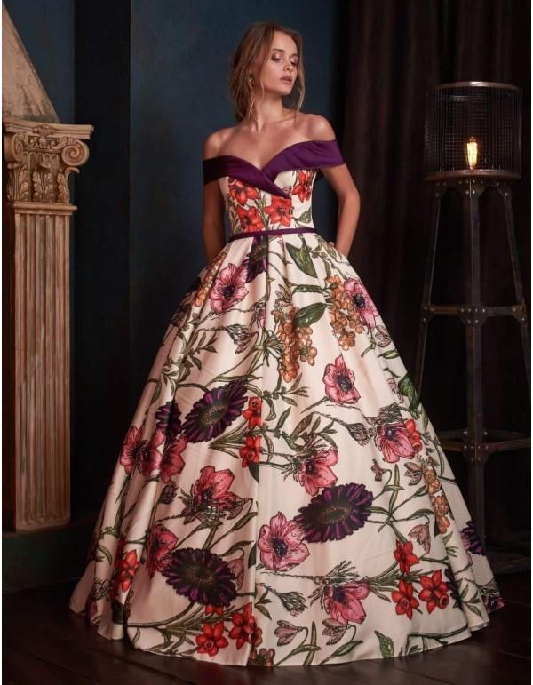Vestido de noche con estampado floral, corte princesa y escote bandeau en INVITADISIMA