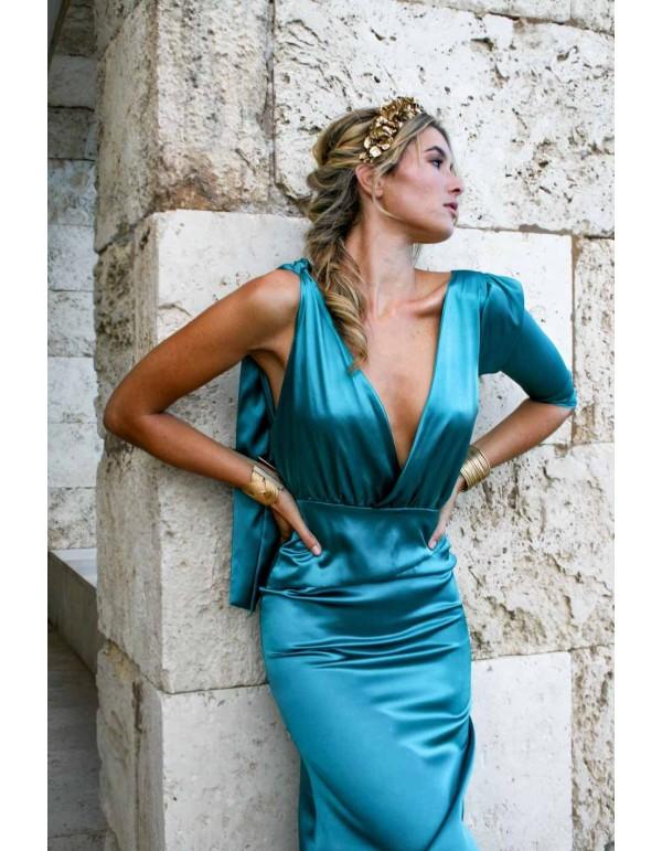 Vestido de cóctel con escote asimétrico de manga larga en INVITADISIMA