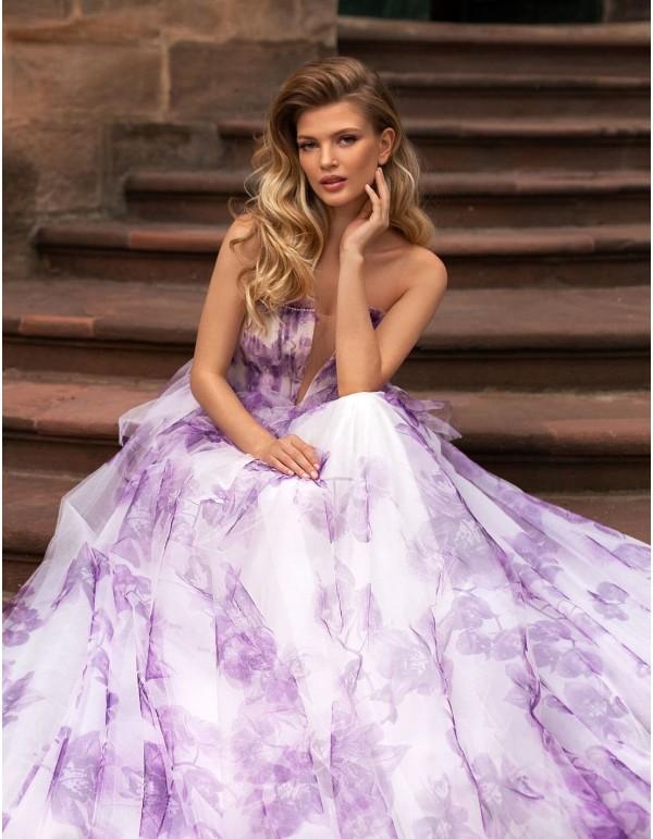 Vestido de fiesta largo de tul con estampado de flores violetas de Ricca Sposa