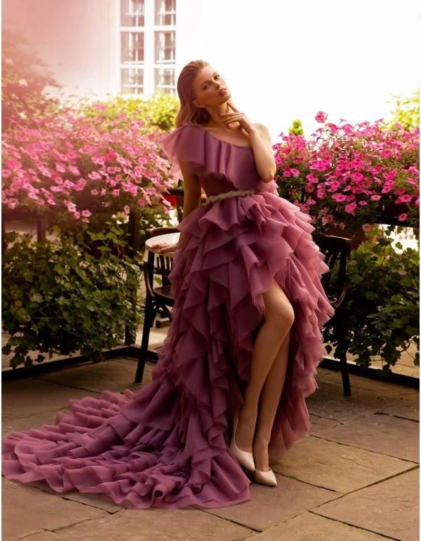 Vestido de fiesta largo de tul capeado asimétrico de Ricca Sposa