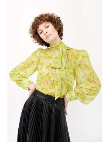 Blusa verde lima con estampado floral y lazo al cuello en INVITADISIMA