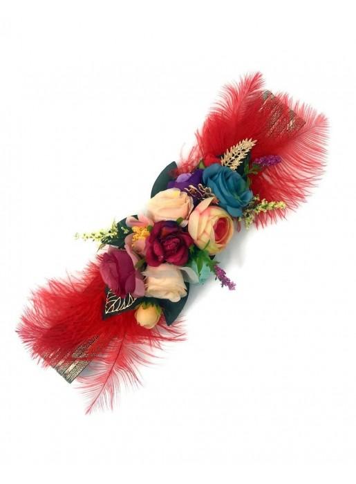 Impresionante cinturón de flores y plumas para invitadas a bodas y eventos.  Tiene correa elástica satinada metálica y flores de poliéster. b722d0e56ee7