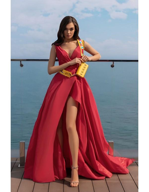 Vestido de fiesta en color frambuesa con abertura lateral y cuerpo fruncido