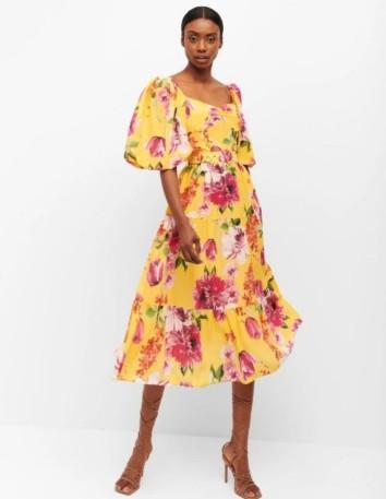 Vestido midi amarillo con estampado floral y manga abullonada