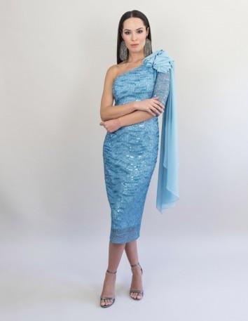 Vestido de encaje y caída de chifón en el hombro.Largo desde la cintura 80 cm.Color Azul Nube. Victoria Victim - 1