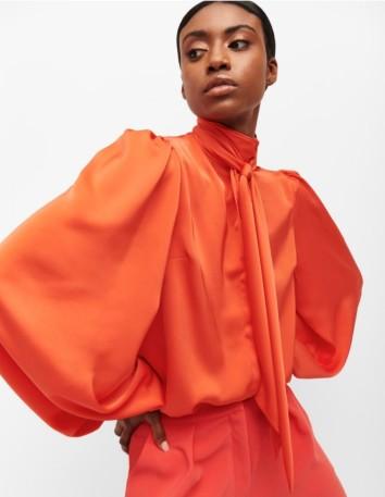 Blusa naranja con mangas abullonadas y lazo de invitada