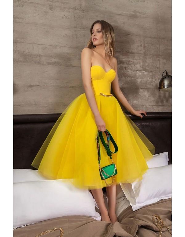 Vestido de fiesta midi confeccionado con tul y escote corazón