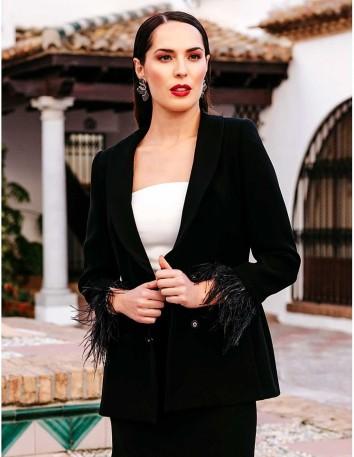 chaqueta-de-crepe-con-plumas-en-mangas-el-vestido-se-vende-por-separado Victoria Victim - 1