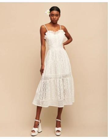 Vestido de fiesta midi blanco de tirantes y bordado inglés