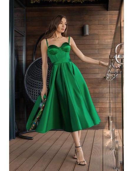 Vestido midi en color verde con cuerpo tipo corsé y falda de vuelo