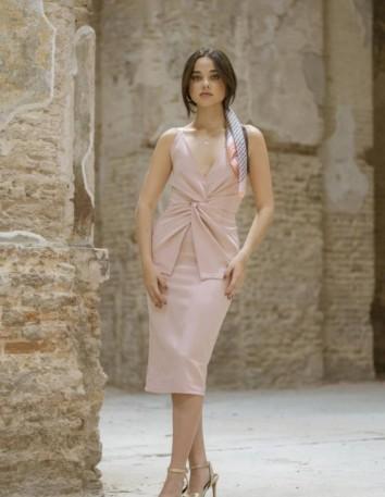 Vestido de cóctel en color rosa empolvado y detalle nudo