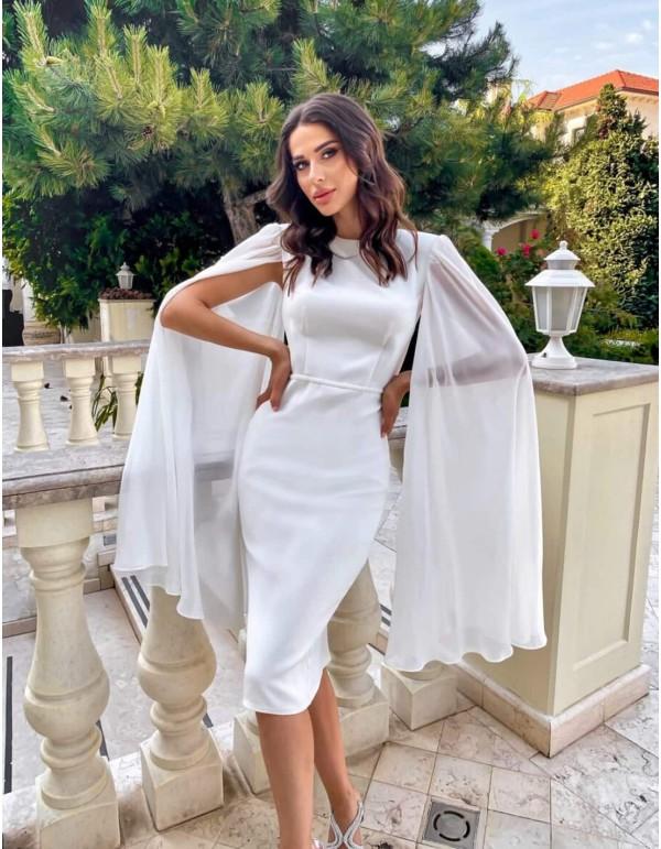 Vestido cóctel blanco ceñido con mangas capa largas de gasa en INVITADISIMA