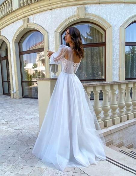 Vestido largo de novia con capas de tul y manga larga de gasa abierta de Lanesta