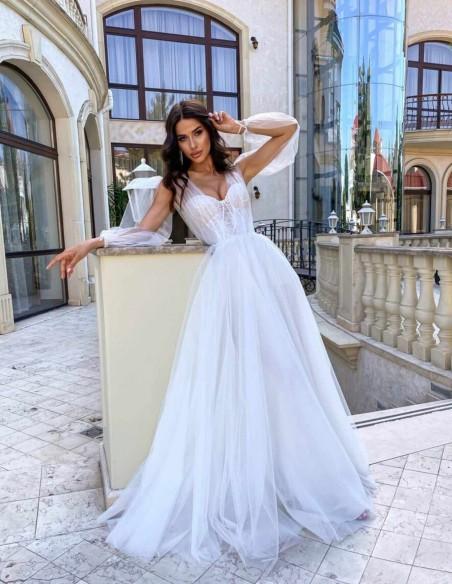 Vestido largo de novia con capas de tul y manga larga de gasa abierta