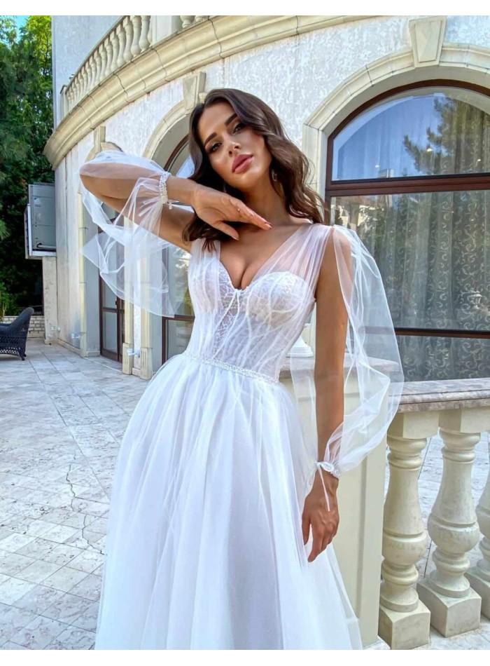 Vestido largo de novia con capas de tul y manga larga de gasa abierta en INVITADISIMA