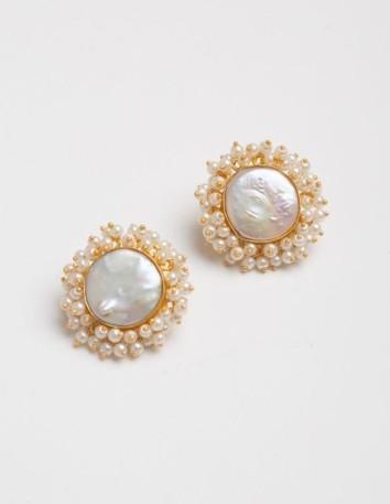 Pendientes estilo botón con perla central y perlas más pequeñas alrededor