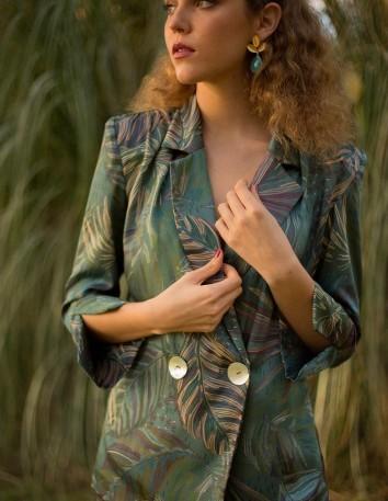 Traje de chaqueta tipo smoking y pantalón campana con estampado de hojas
