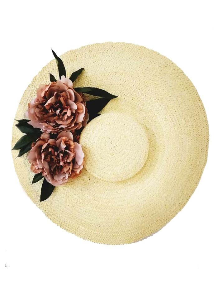 Pamela de invitada realizada en paja natural con flores en tonos rosas empolvados diseñada por Lamatte.