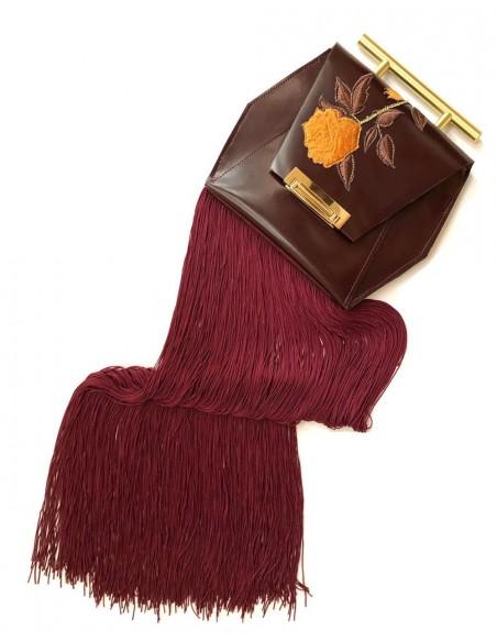 Bolso de mano con flecos y bordado en color vino