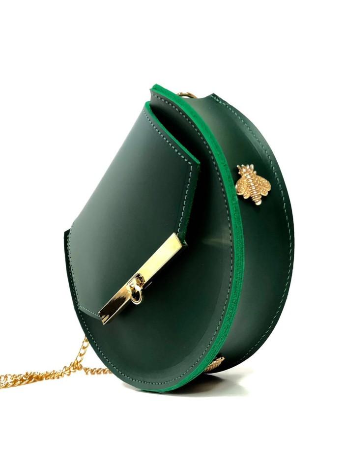 fe5ffb950 Bolso de piel verde esmeralda con detalles de abejas y cadena larga de  Angela Valentine.