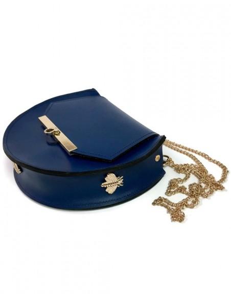 Bolso de piel azul oscuro con detalles de abejas y cadena larga de Angela Valentine para INVITADISIMA, en exclusiva en España