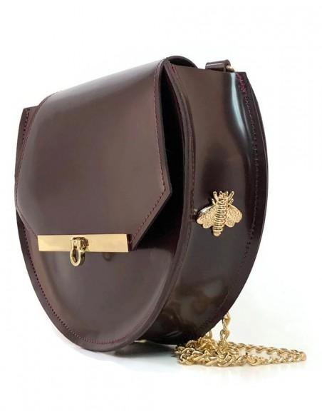 lateral del Bolso de piel en color vino con detalles de abejas y cadena larga de Angela Valentine.