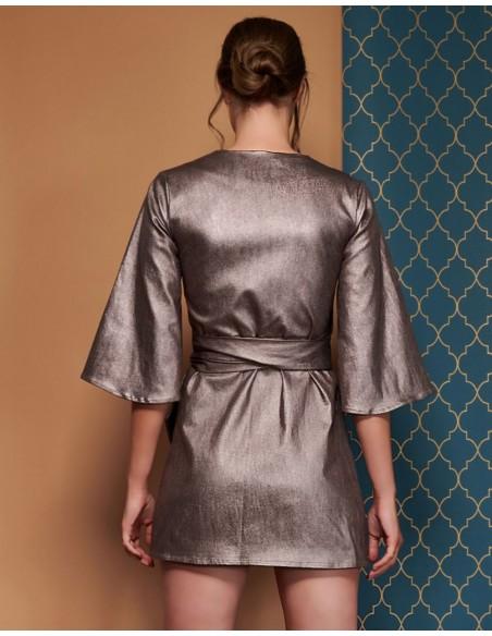 kimono metalizado con cuello en V corto de Coco Veve