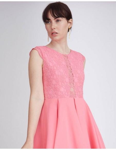 Vestido de cóctel rosa con vuelo y cuerpo de encaje. Vestido de cóctel juvenil de Lauren Lynn London para INVITADISIMA
