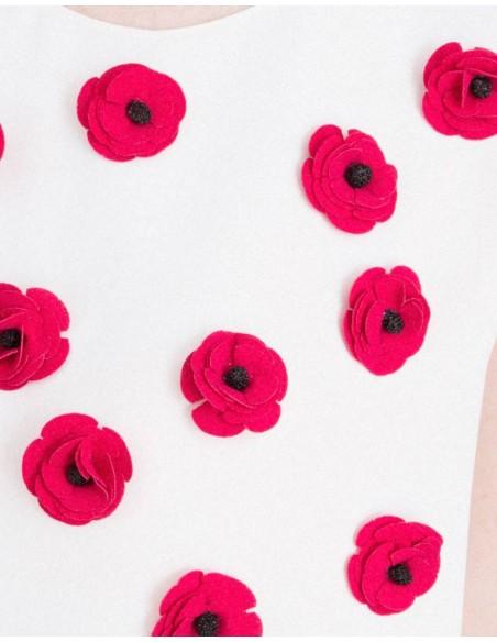 detalle de las flores en 3D Top de fiesta con detalle de pedrería blanco