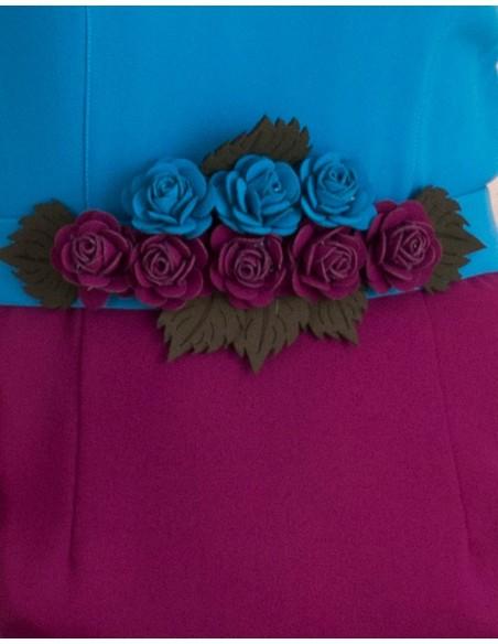 Detalle del cinturón de flores del Vestido de cóctel color block de Lauren Lynn London  - INVITADISIMA