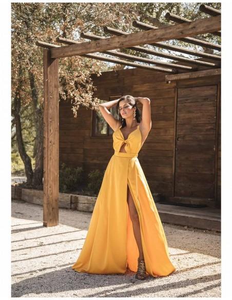 Vestido largo de fiesta con lazo mostaza de Mauî para INVITADISIMA