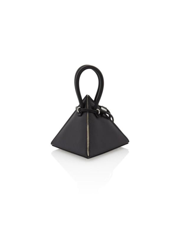 bolso con forma de piramide negro con asa redonda