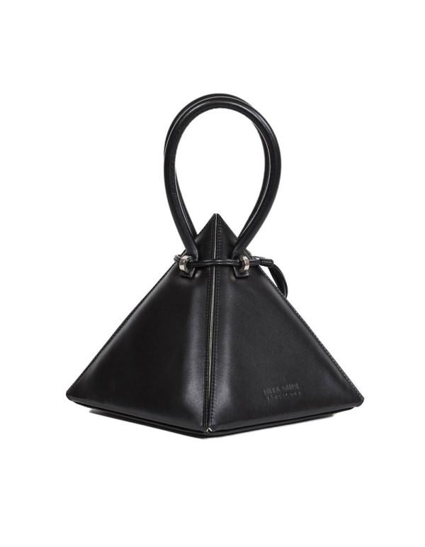 bolso negro con forma piramidal y asa con tirador