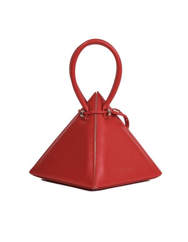 bolso rojo con tirador y forma piramidal