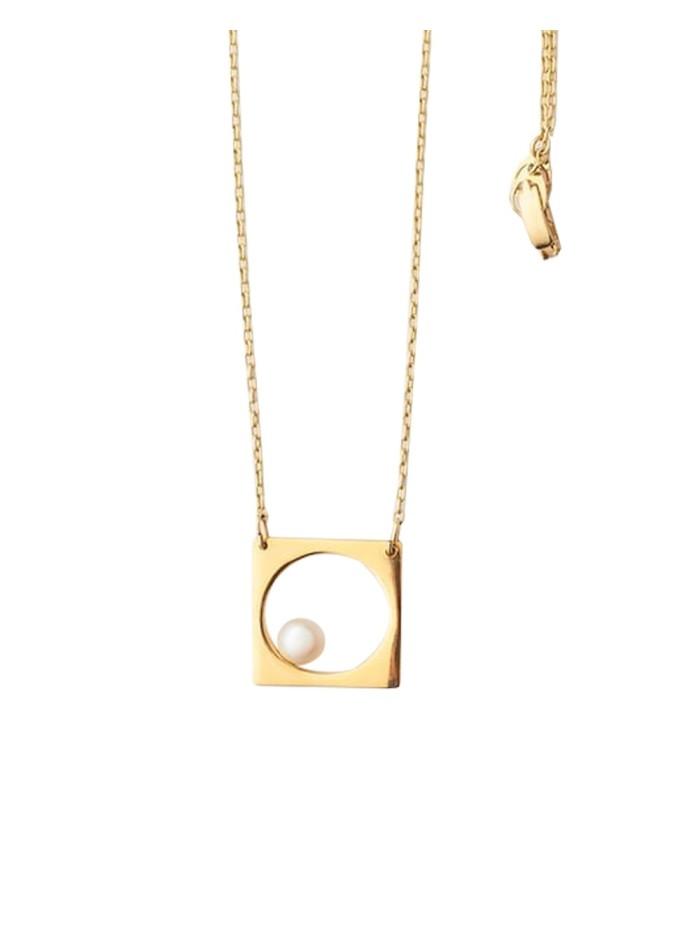 a9744f544668 Collar geométrico dorado de perla de Li Jewels para INVITADISIMA.