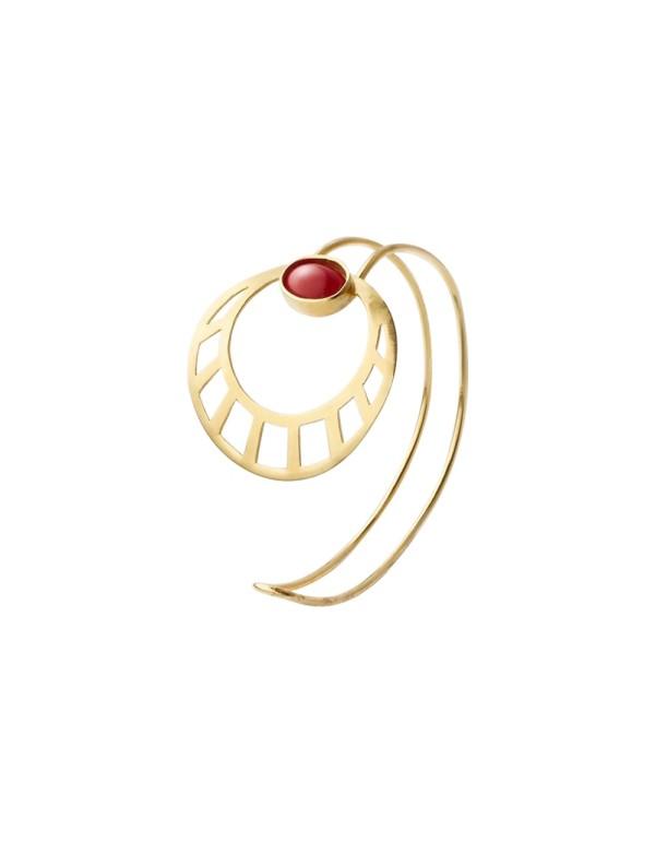 Brazalete de sol egipcio dorado con piedra roja de Li Jewels para INVITADISIMA