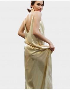 vestido largo dorado con escote en V y tirantes