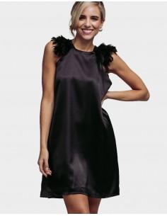vestido coctel negro con plumas